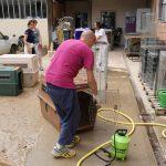 Un bénévole en train de nettoyer une cage pour un animal du refuge SPA de Poitiers